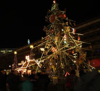 (1) vue du marché sur la Breitscheidplatz (Berlin), à droite le Traffic tree (Thomas Plattner, 2009-2011)